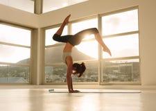 Представление йоги handstand Yogi практикуя Стоковое Фото