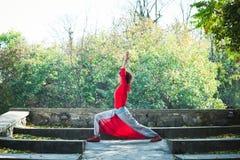 Представление ратника дня осени йоги практики молодой женщины внешнее стоковая фотография