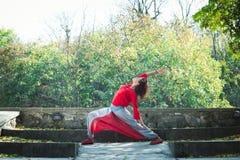 Представление ратника дня осени йоги практики молодой женщины внешнее стоковые фотографии rf