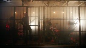 Представление рок-группы в необыкновенной сцене в клетке акции видеоматериалы