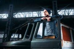 Представление Сталкера на покинутое военное транспортное средство Стоковое Изображение