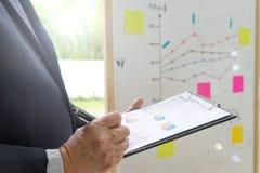 представление стойки бизнесмена в выставке ch групповой встречи бизнес-группы стоковая фотография rf