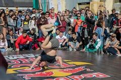 Представление танцора на фестивале современного танца стоковая фотография
