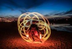 Представление театра огня на речном береге стоковые изображения rf