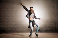 Представление цапли в танце Распространяя крыла Смешная танцулька стоковые фотографии rf