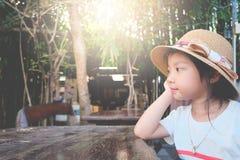 Представление шляпы азиатской девушки ребенка нося вручает подбородок Стоковые Изображения RF