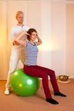 Представления взрослого практикуя на шарик тренировки Стоковое фото RF