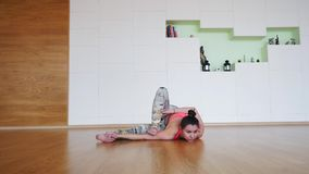 Представления йоги молодой женщины практикуя предварительные акции видеоматериалы
