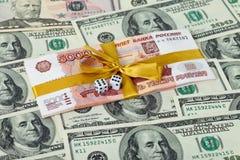 представляет счет доллары 5 сложенные рублевка тысячн Стоковая Фотография