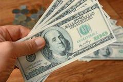 представляет счет куча доллара 100 Стоковые Изображения