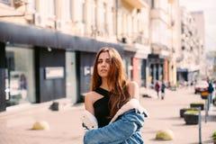 Представлять женщины битника моды внешний куртка джинсовой ткани, красные волосы, солнечные очки и чуть-чуть плечи Ультрамодный с Стоковая Фотография
