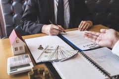 Представлять и ожидание маклера агента по продаже недвижимости к клиенту после подписания недвижимости контракта согласования с о стоковая фотография rf