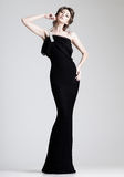 Представлять красивейшей женщины модельный в шикарном платье в студии Стоковое фото RF