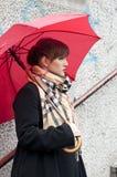 представлять красную женщину зонтика Стоковая Фотография RF