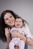 представлять мамы младенца смеясь над стоковые фотографии rf