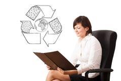 Представлять молодой женщины рециркулирует глобус на whiteboard стоковая фотография rf