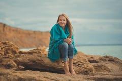 Представлять прелестного кануна женщины дамы красоты идя самостоятельно на каникулах океана стороны моря пляжа нося фасонистую ру Стоковые Фотографии RF