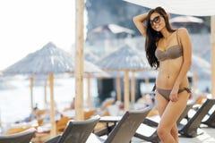 Представлять сексуальной модели усмехаясь на пляже Стоковые Фотографии RF