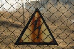 Предупредительный знак ВЫСОКОГО НАПРЯЖЕНИЯ безопасности иллюстрация вектора