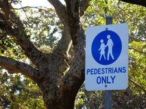 Предупредительный знак для пешеходов только в дорожке на общественном парке стоковые фотографии rf