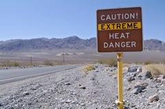 Предупредительный знак жары в национальном парке Death Valley Стоковые Фотографии RF