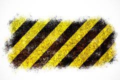 Предупредительный знак желтый и черные нашивки покрашенные над ржавой металлической пластиной как предпосылка текстуры изолирован Стоковое Изображение RF