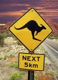 Предупредительный знак кенгуруа - австралийское захолустье Стоковое Изображение