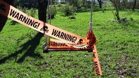 Предупредительный знак на ленте на качании видеоматериал