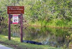 Предупредительный знак на национальном парке болотистых низменностей Стоковые Изображения RF