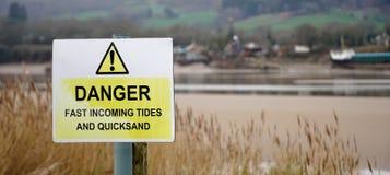 Предупредительный знак - опасность - приливы и плывун, Великобритания стоковые фотографии rf