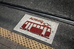 Предупредительный знак трамвая стоковые фото