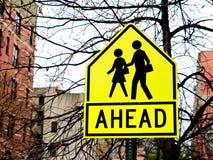 Предупреждающий знак детей скрещивания школы Стоковое фото RF
