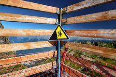 Предупреждение знака опасности падать от скалы Стоковое Изображение