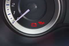 Предупреждение масла батареи и двигателя стоковое изображение