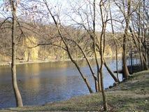 Предыдущая прогулка весны в парке вдоль берега озера Стоковая Фотография