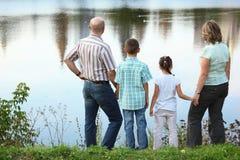предыдущая семья падения около пруда парка Стоковые Изображения RF