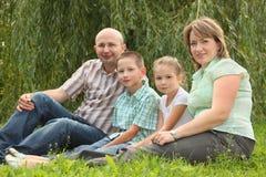 предыдущее усаживание парка травы семьи падения стоковые изображения rf