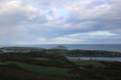 Предыдущий восход солнца на побережье пробочки Ирландии стоковая фотография