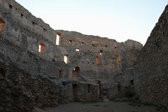 Предыдущий готический внутренний двор с остатками residental зданий на замке Topolcany, Словакии стоковая фотография