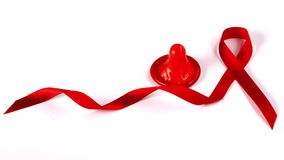 Презерватив падая вниз около символа ленты помощи красного видеоматериал