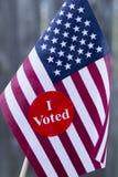 Президентские выборы 2016 я проголосовал стикер на малом американском флаге Стоковое Изображение RF