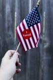 Президентские выборы 2016 я проголосовал стикер на малом американском флаге Стоковое фото RF