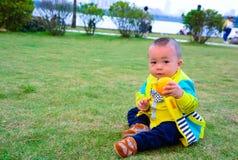Преимущества оранжевого плодоовощ к росту детей Стоковое фото RF