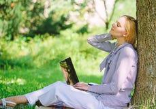 Преимущества outdoors работы Женщина с ноутбука работы деревом outdoors постным Минута для ослабляет Технология и интернет образо стоковые изображения