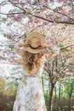 Прекрасная красивая кавказская женщина в платье стоя представляющ на предпосылке зацветая вишни Японии стоковые изображения rf