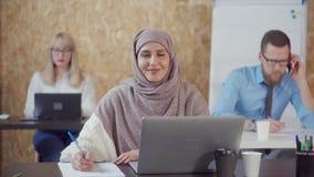 Прекрасная мусульманская женщина в офисе сток-видео