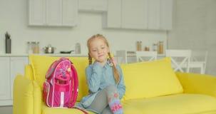 Прекрасная школьница возвращающ домой после учебного дня видеоматериал