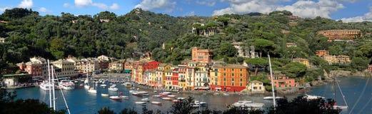 Прекрасные гавань и горные склоны Portofino стоковое фото rf