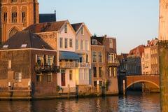 Прекрасный вид на домах рядом с реки канала в маленьком ci стоковые фотографии rf
