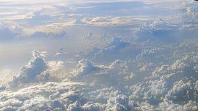Прекрасный вид неба и облаков со светом солнца сверху стоковое фото